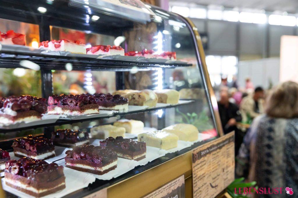 Kuchenvitrine am Genussmarkt der Lebenslust Seniorenmesse