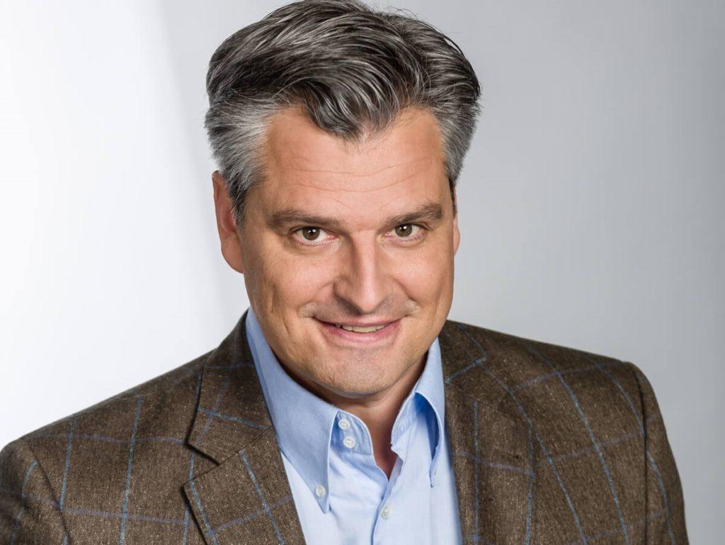 Moderator Dorian Steidl auf der Showbühne der Lebenslust